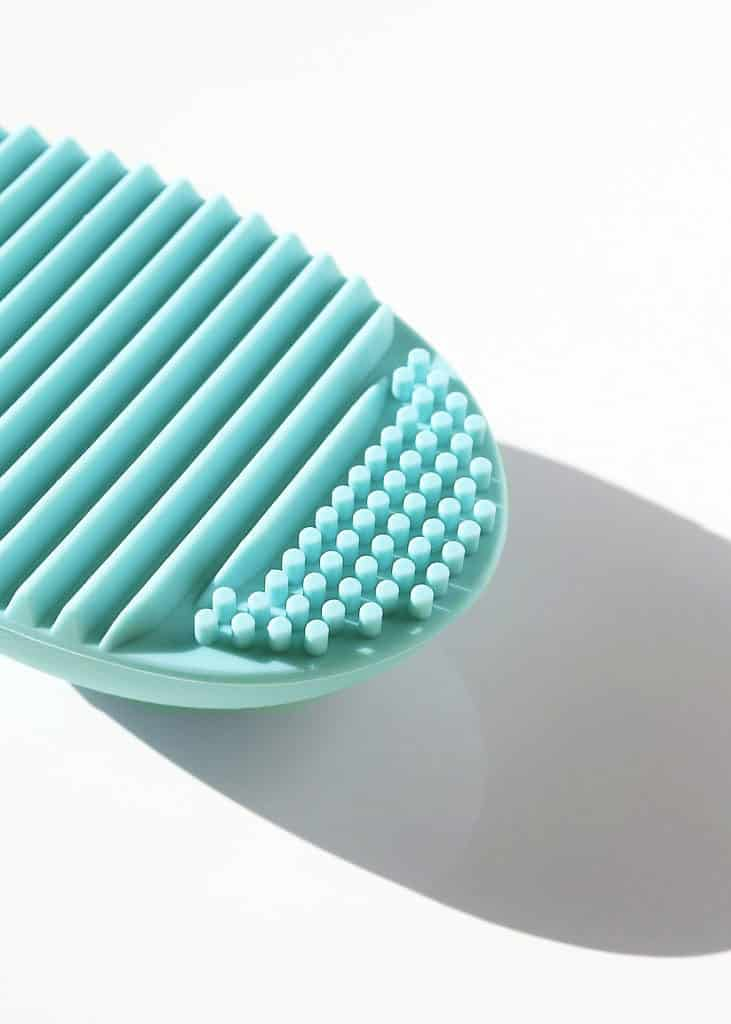 brush cleaning egg turquoise